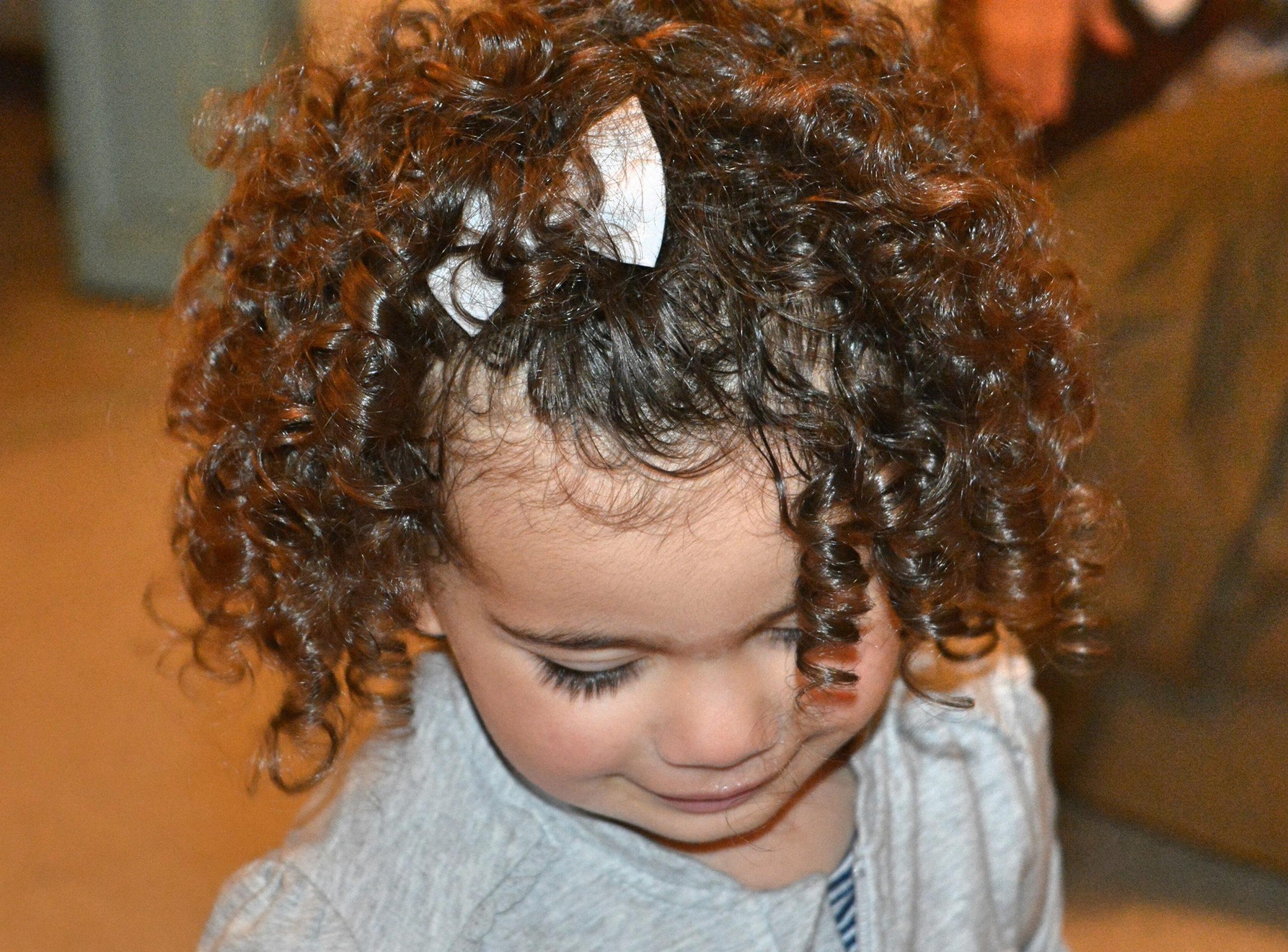 Entretenir les cheveux bouclés de mon enfant naturellement