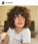 Ninaturelle : coupe courte avec frange cheveux bouclés
